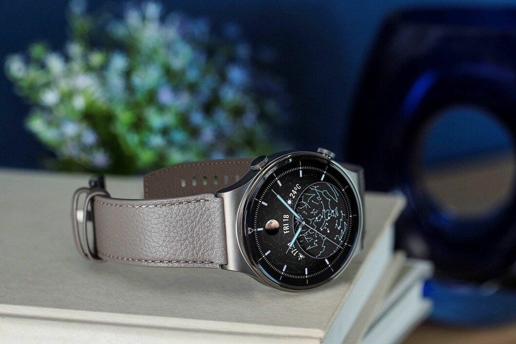 Den klassiske versjonen av Huaweis nye smartklokke GT2 Pro har skinnreim. Foto: Huawei.