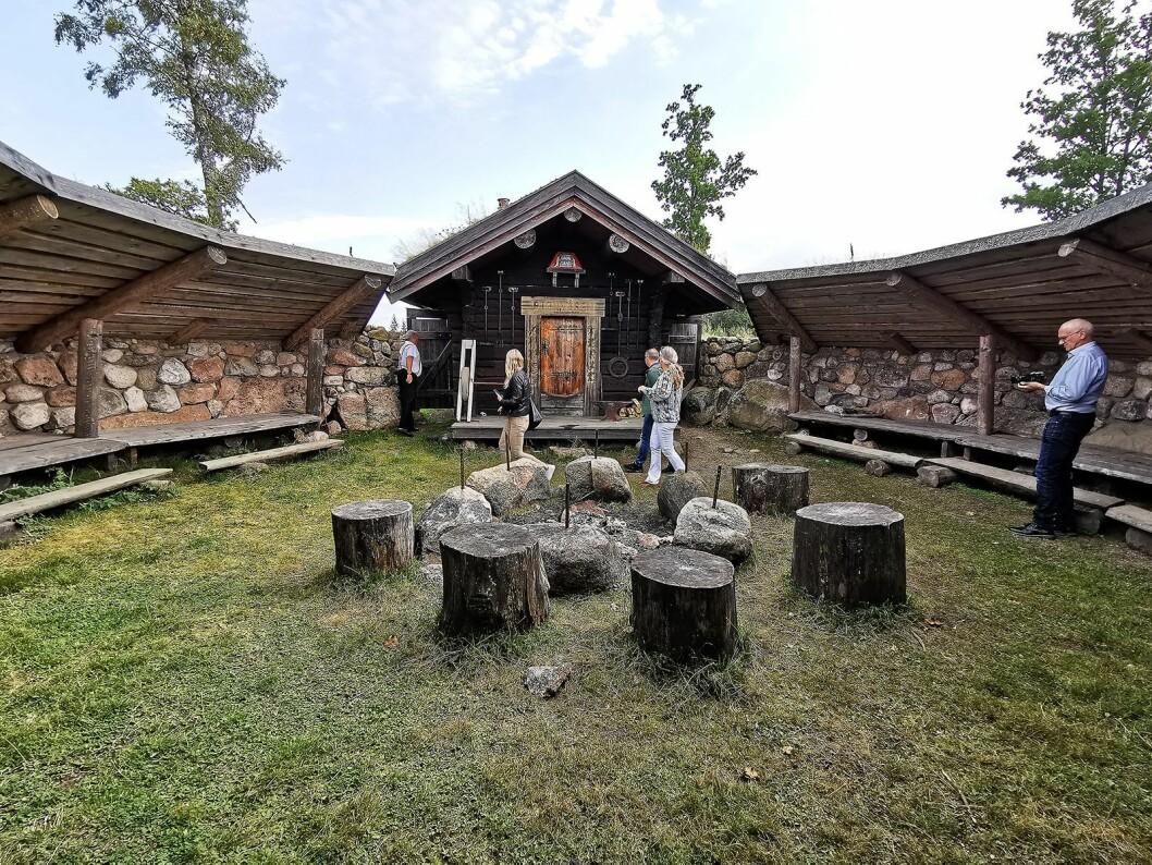 Ved setervollen på Bjørnåsen har Grønsand gjestegård bygd en stor gapahuk med plass til 100 gjester rundt bålet. Foto: Stian Sønsteng.