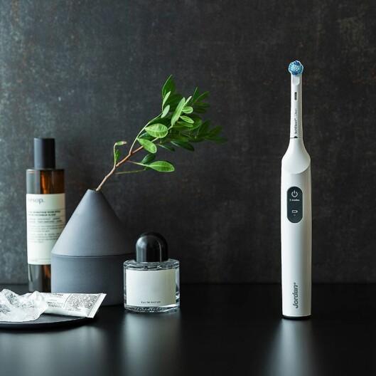 Jordan elektriske tannbørster er produsert av Wilfa. Modellen Smile kommer med reiseetui og USB-lading. Pris: 500,- Foto: Wilfa.