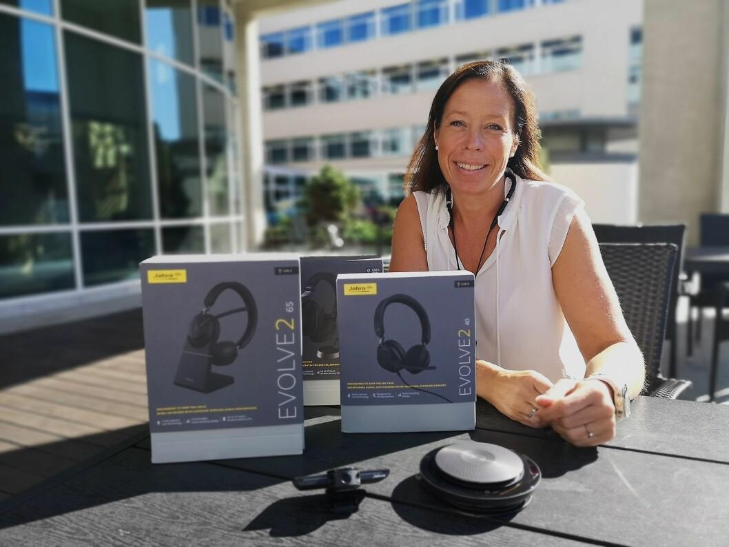 Merethe Evensen, senior salgsansvarlig i Jabra Norge, viser fram de tre nye Evolve2-modellene, Jabra Speak og Jabra Panacast utenfor selskapets kontorer i Oslo. Foto: Marte Ottemo.