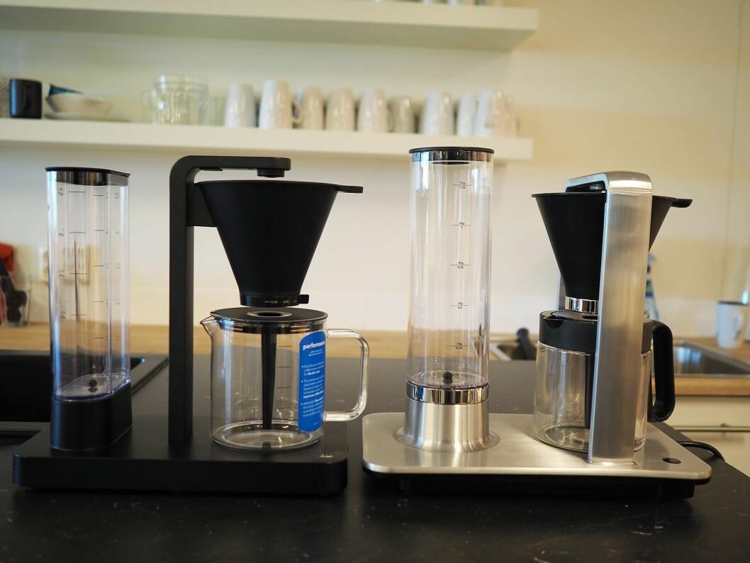Kaffetrakteren Wilfa Performance (t. v.) er på tur ut i butikkene, med en pris på 2.800 kroner, og supplerer Svart Precision til 3.500 kroner. Foto: Stian Sønsteng.