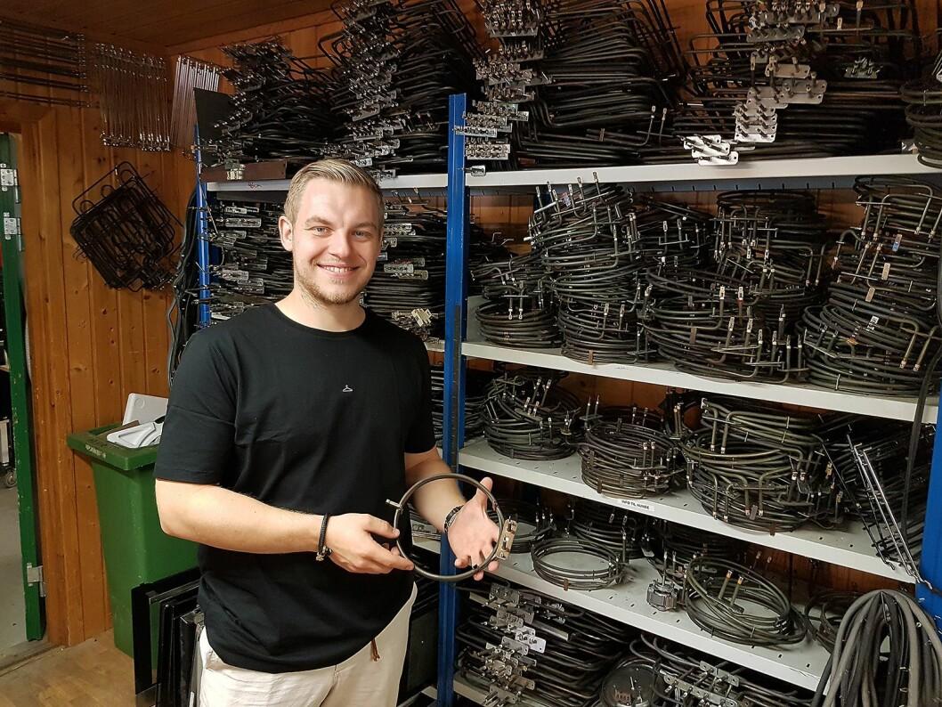 Jean Skjelbred foran lageret med varmeelement til komfyrer. Foto: Jan Røsholm.