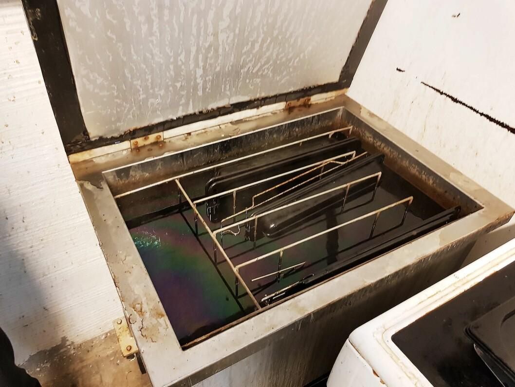 Stekebrettene ligger over natten i et egenutviklet kjemisk bad før de vaskes. Foto: Jan Røsholm.
