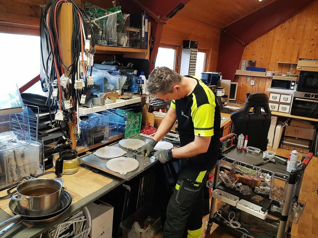Elektroreparatør Artur Marcin Andruszkiewicz feilsøker på en induksjonstopp. Foto: Jan Røsholm.