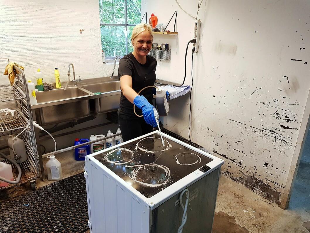 Alle produkter blir grundig rengjort. Her er Małgorzata Kowalskai gang med en komfyr. Foto: Jan Røsholm.