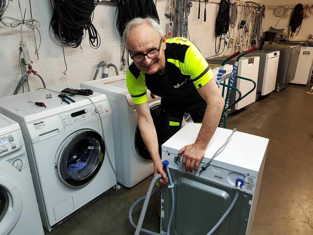 Leszek Kazmierski er en av teknikerne på vaskemaskinavdelingen. Foto: Jan Røsholm.