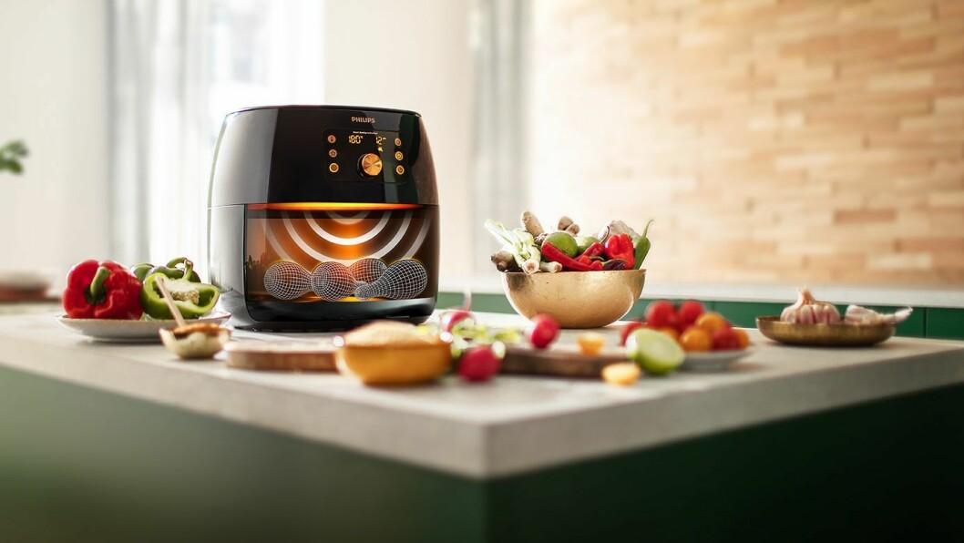 Slik illustrerer Philips hvordan sensorer registrerer maten som legges i Airfryer XXL Smart Sense, slik at den automatisk kan stille inn temperatur og steketid. Foto: Philips