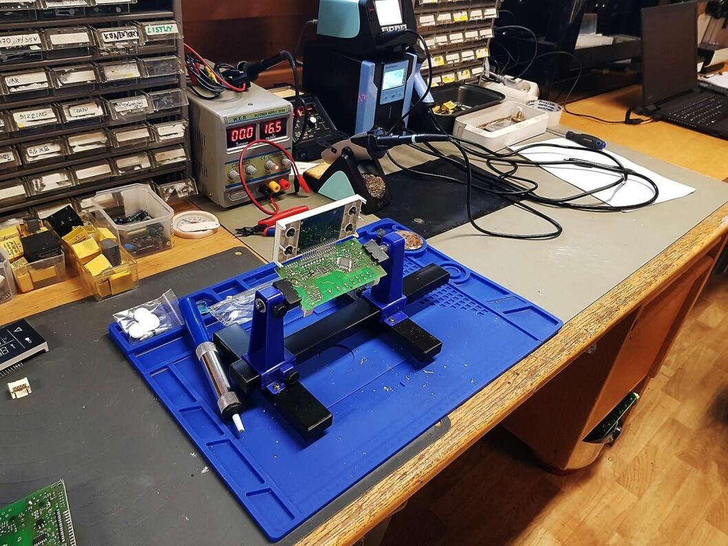 Et hovedkort til en koketopp blir reparert på komponentnivå. Foto: Jan Røsholm.