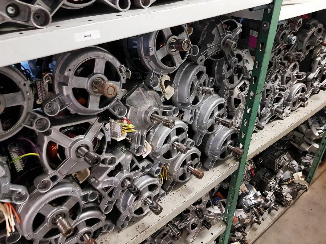 Norsk Ombruk har et stort lager av motorer til vaskemaskiner. Foto: Jan Røsholm.