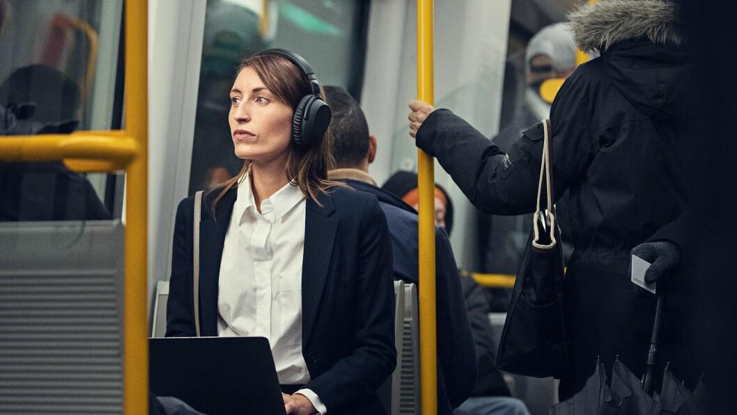 Toppmodellen Epos Adapt 660 har aktiv støydemping og kunstig intelligens som skal kjenne igjen bakgrunnsstøy, beregnet for bruk i åpent landskap og for folk på farten med god mulighet for kommunikasjon via telefon eller nettmøter. Pris eks. mva. 4.000,- Foto: Epos