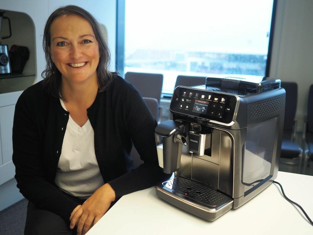 Nordisk markedssjef for kaffe, Jeanette Hammer, med Philips' helautomatiske kaffemaskin i 54-serien. Foto: Stian Sønsteng.