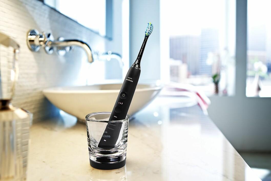 Den elektriske tannbørsten Philips Sonicare DiamondClean 9000 koster 2.200 kroner, inkludert tre børstehoder, glasslader og reiseetui med USB-lader. Foto: Philips.