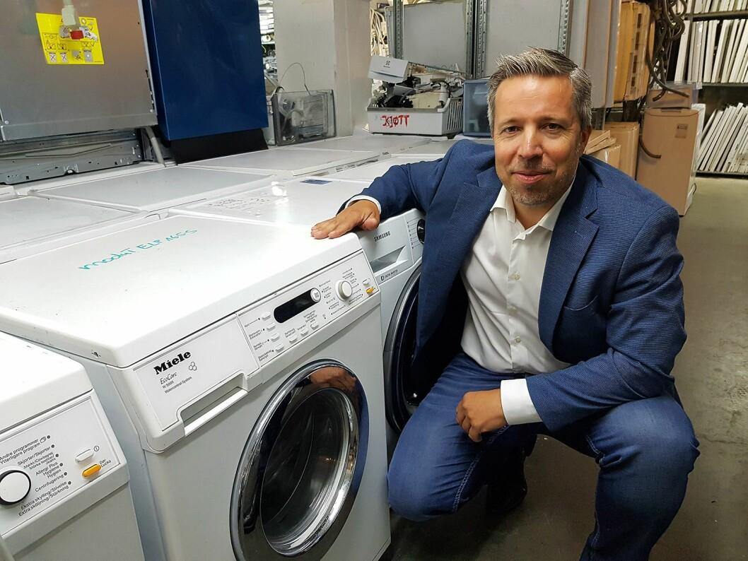 Thor Christian Wiik Svendsen i Serva AS med noen av vaskemaskinene som skal ombrukes. Foto: Jan Røsholm