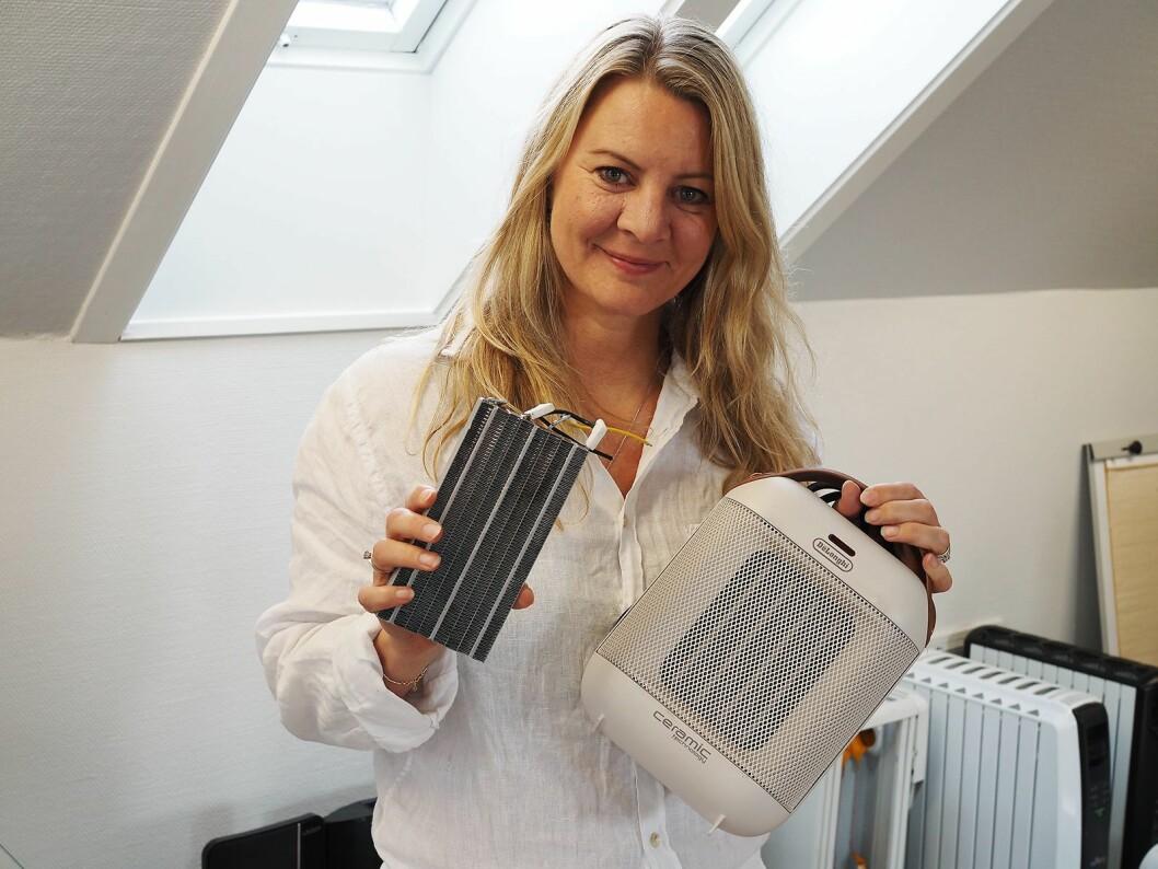 Linda Merete Handeland i Handeland PR med det keramiske varmeelementet som brukes i De'Longhis vifteovner, som i HFX30C18IW til 570 kroner. Foto: Stian Sønsteng.