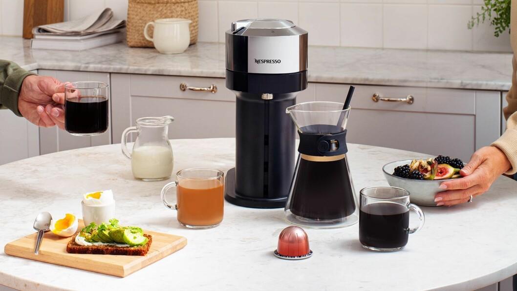 Vertuo Next er den første Nespresso-maskinen som gjør det mulig å brygge en kanne kaffe fra en og samme kaffekapsel. Foto: Nespresso