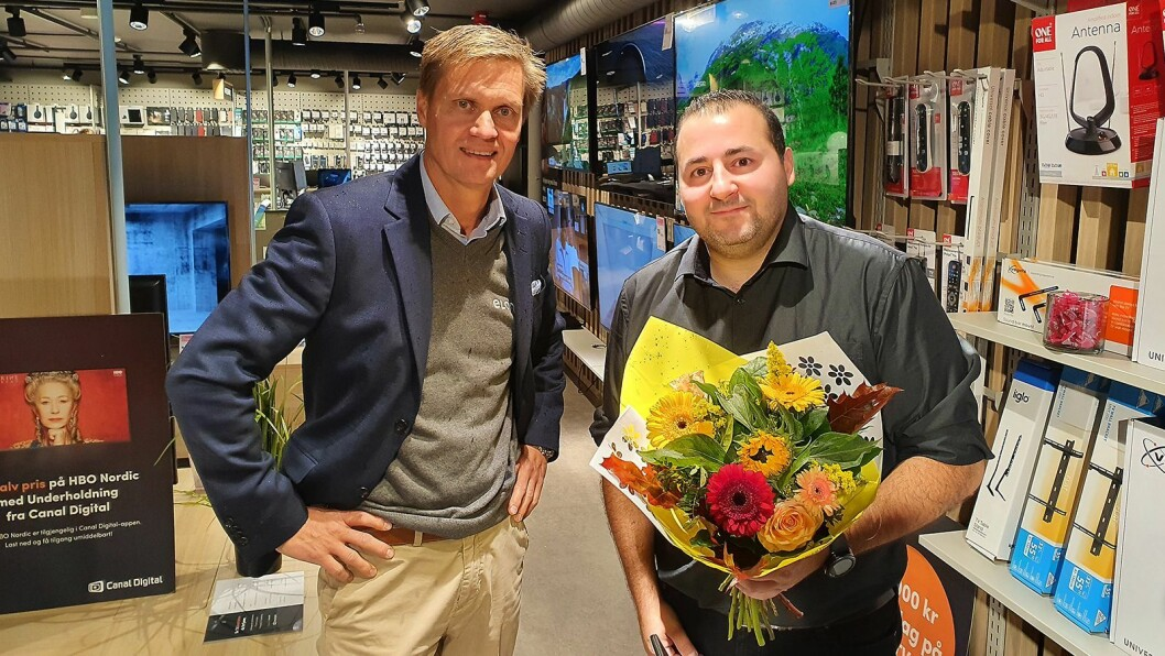 Kjedesjef Asle Bjerkebakke (t. v.) i Elon sammen med butikksjef og medeier Fadi Kahttab ved Elon Eidsvoll på åpningsdagen 24. september. Foto: Elon