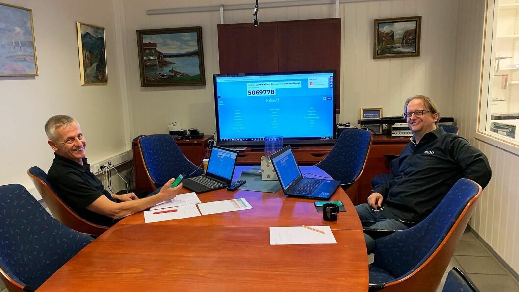 Håkon Schjærin (t. v.) og Lars Marius Schjærin ved Elon Flisa har tydeligvis gjort det godt i Kahooten etter en presentasjon. Foto: Elon.