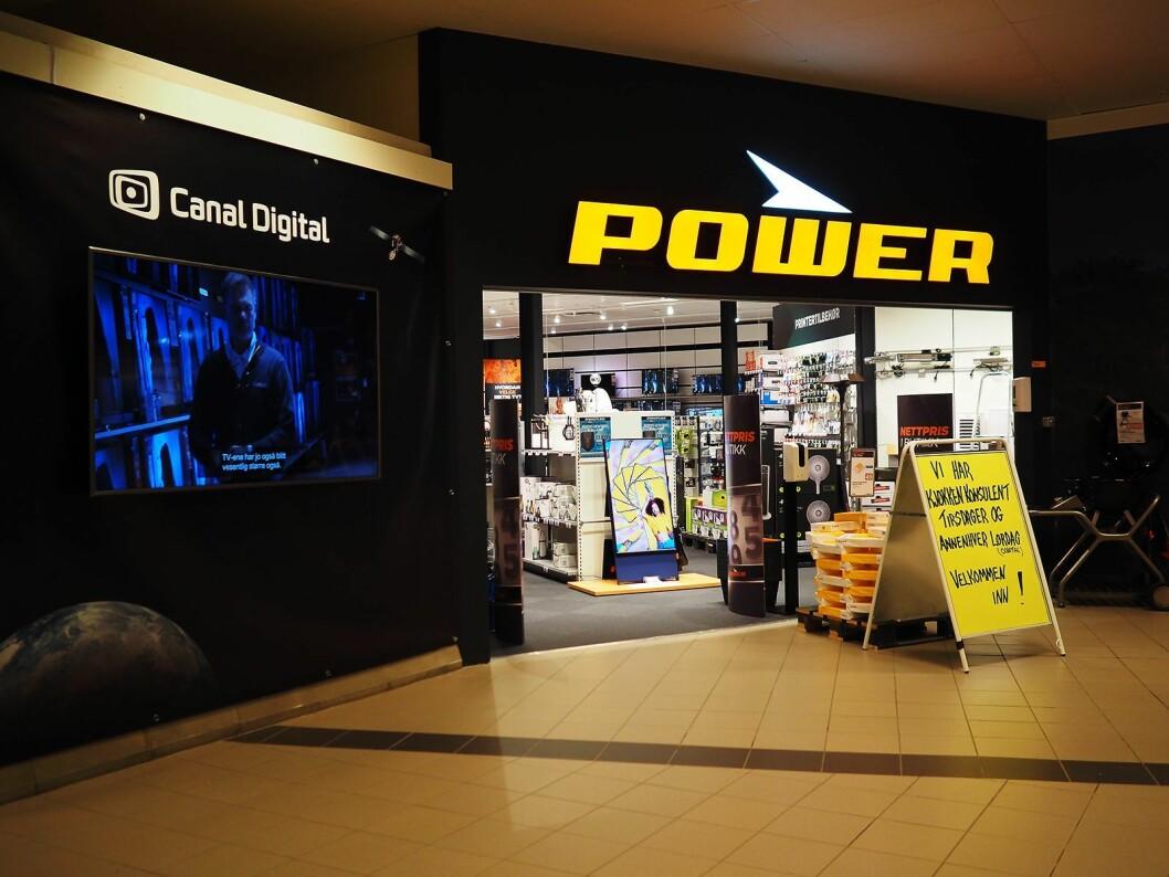 Veggen ved inngangen fra kjøpesenteret er brukt som reklameplass for Canal Digital. Foto: Stian Sønsteng.