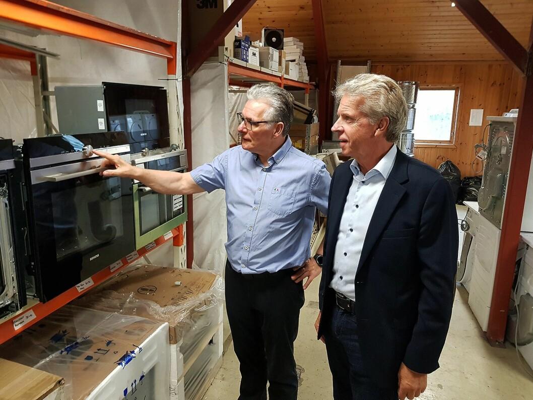 Prosjektleder Pål Haugen (t. h.) får demonstrert en ombruksovn av Tommy Paulsen i Norsk Ombruk AS. Foto: Jan Røsholm.