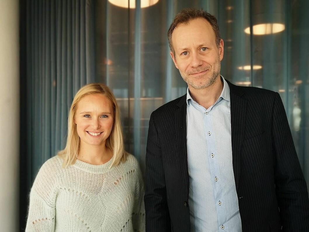 Norsk salgssjef Cedric Guttormsen, her avbildet sammen med Line Holm Hansen, nordisk PR-ansvarlig i Sony Nordic under lanseringen av Xperia 1 II, har stor tro på et kompakt mobildesign. Foto: Marte Ottemo.