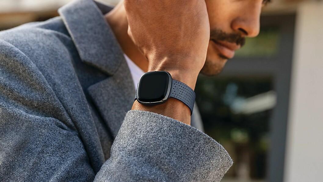 Nye Fitbit Sense har fått tre nye sensorer innebygd. Foto: Fitbit