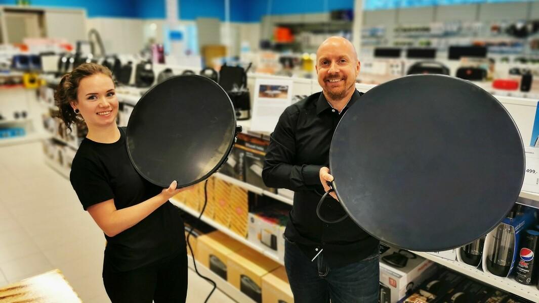 Jørn Åge Mjøs og Karoline Nødland Gilje ved Elon Ålgård på Jæren med Meteors steketakker på 60 og 46 cm. Foto: Stian Sønsteng
