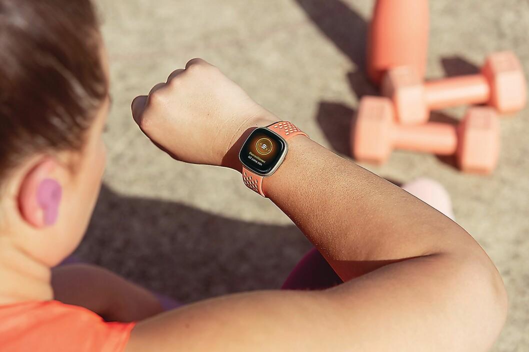 Versa 3 har også fått nye aktivitetsmålinger med aktive soneminutter. Foto: Fitbit.