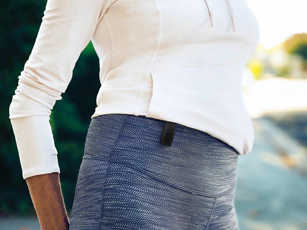 Inspire kan også klipses på klærne om du kun vil telle skritt og ikke måle puls. Foto: Fitbit.