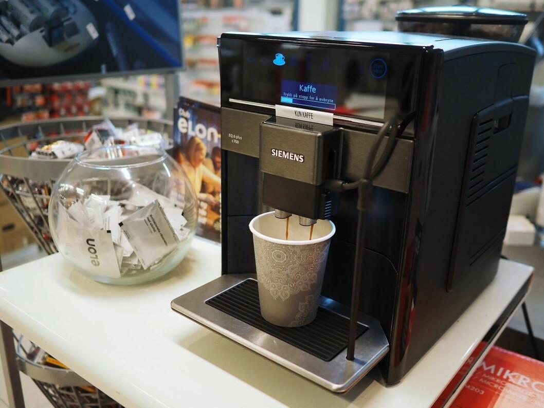 Ved inngangen til Elon Ålgård er det alltid kaffe tilgjengelig for kundene. Foto: Stian Sønsteng.