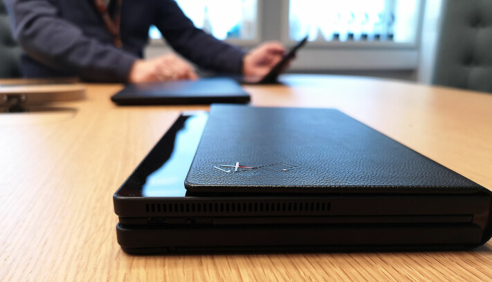 I lukket tilstand er X1 Fold på størrelse med en litt tykk notatbok, og tastaturet oppbevares mellom den lukkede skjermen. Foto: Marte Ottemo