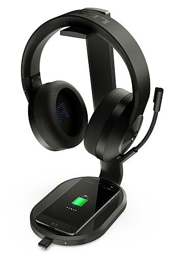 Lenovo Legion S600 Gaming Station er en ladestasjon som sørger for at det alltid er strøm på hodetelefonene, musen og mobilen så lenge de to sistnevnte støtter Qi trådløs lading. Den er kompatibel med Lenovos nye spill-headset H600 Wireless. Foto: Lenovo