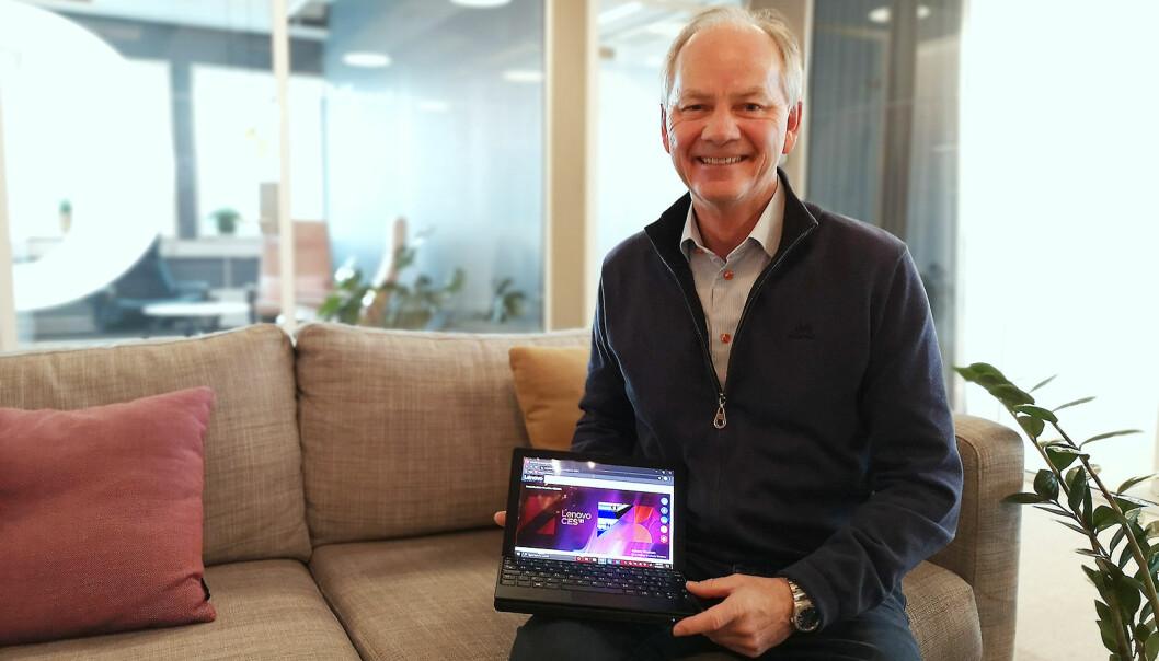 Morten Holsve Johansen, teknologiansvarlig i Lenovo Nordics viser fram den brettbare Thinkpad X1 Fold. Foto: Marte Ottemo