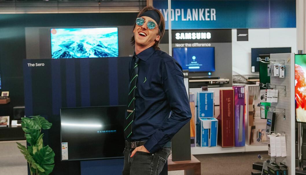 TIX er artistnavnet til Andreas Andresen Haukeland fra Bærum, som i NRK-programmet «Sløsesjokket» ble utkledd som Elkjøp-selger. Foto: Sløsesjokket/NRK