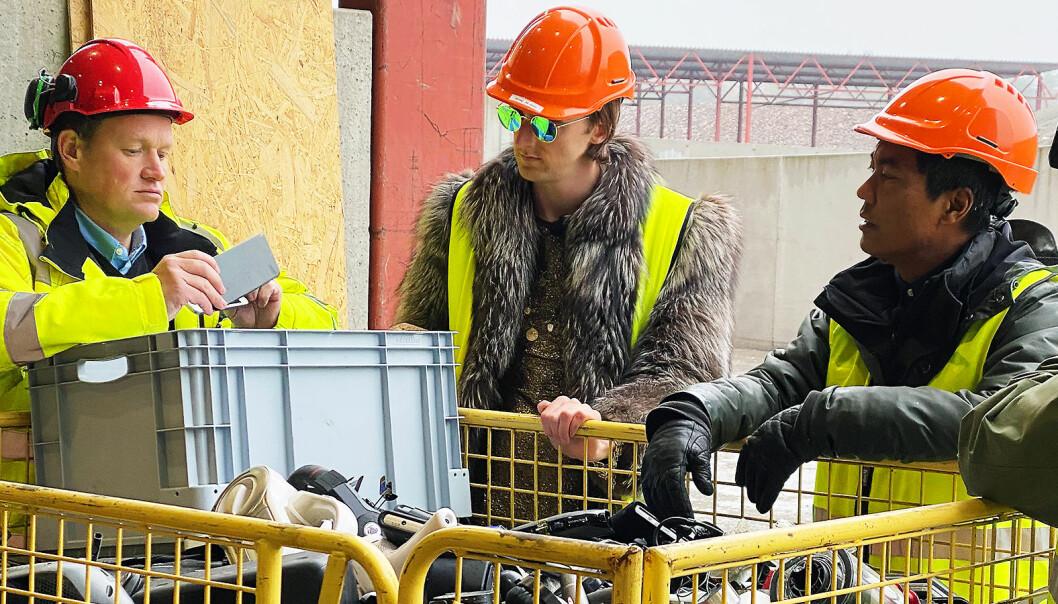 Daglig leder Anders Aas (f. v.) i Revac AS viste artisten TIX ( Andreas Andresen Haukeland) og programleder Christian Strand i NRK-serien «Sløsesjokket» rundt på gjenvinningsanlegget i Tønsberg. Foto: Guro Kjørsvik Husby/Norsirk