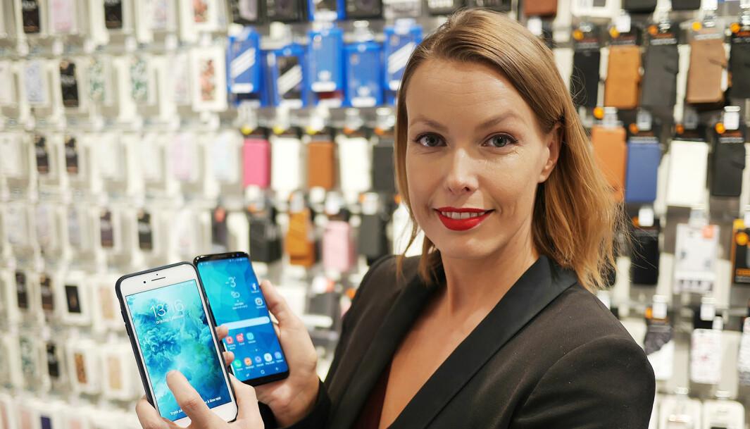 Marte Ottemo, kommunikasjonssjef i Stiftelsen Elektronikkbransjen, ser at mobilsalget faller, men dyrere toppmodeller bremser nedgangen i omsetningen. Foto: Stian