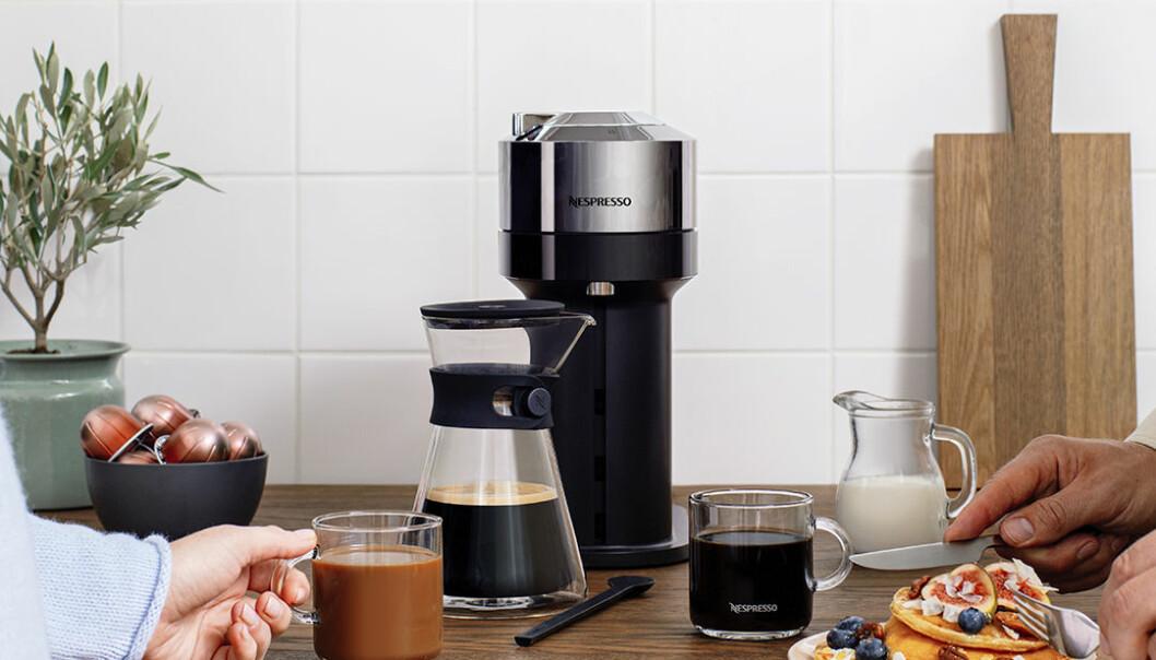 Nordmenn trenger kaffe på hjemmekontoret, og salget av kapselmaskiner øker. Foto: Nespresso