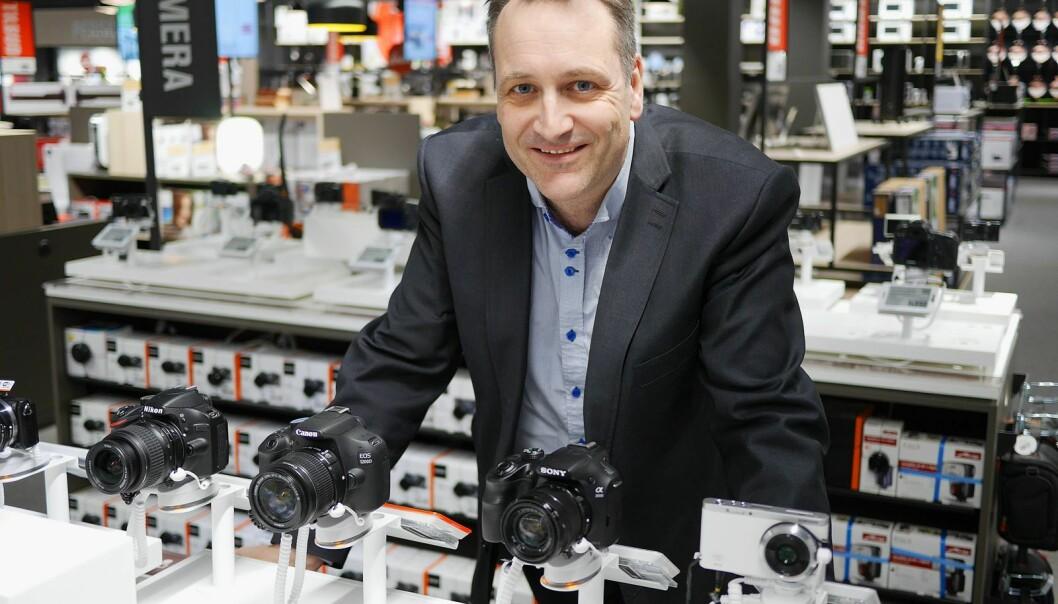 Administrerende direktør i Stiftelsen Elektronikkbransjen, Jan Røsholm, ser at kamerasalget fortsetter å falle i Norge. Foto: Stian Sønsteng