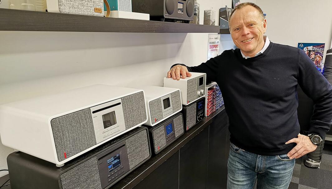 Tom Vedvik i TT Micro fotografert i 2019 med de tre Pinell Supersound-modellene 701, 501 og 301. Foto: Stian Sønsteng