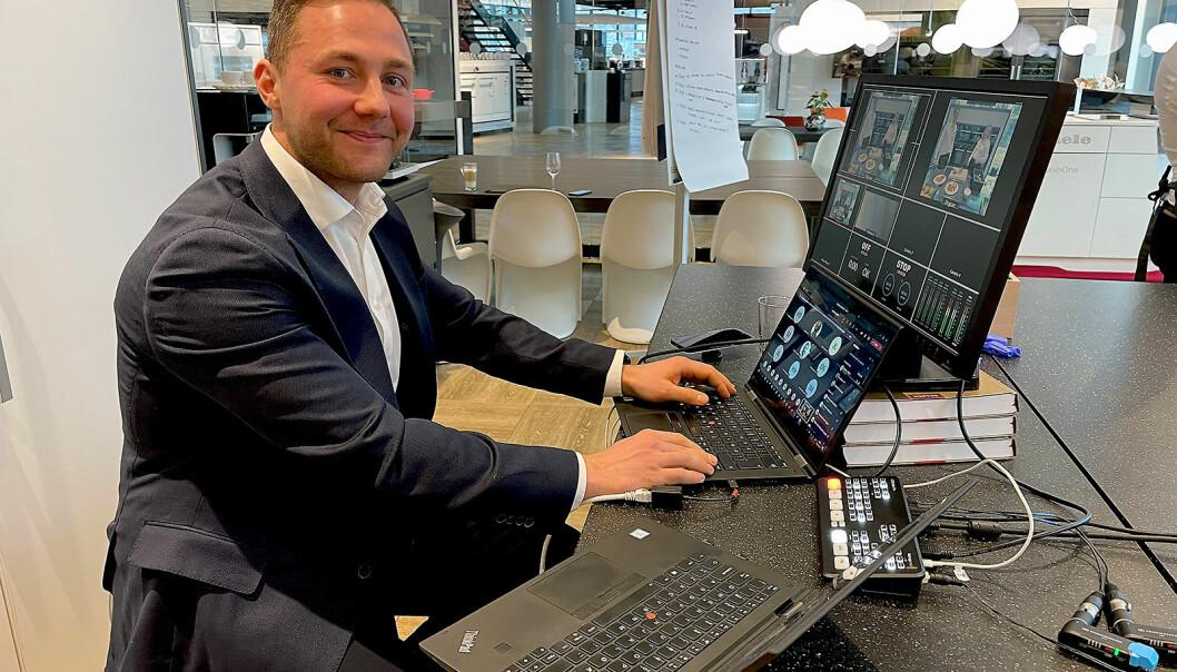 Salgssjef Alexander Wannoff leder laget for elektrokanalen, og styrer teknikken og chatten under direktesendingen. Foto: Stian Sønsteng