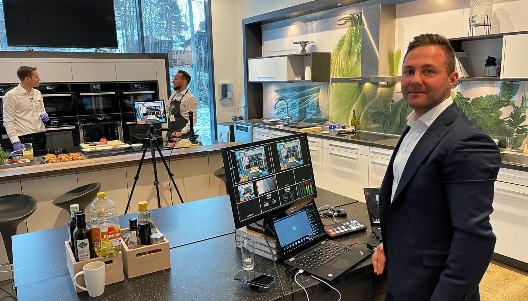 Salgssjef Alexander Wannoff styrer teknikken og chatten, mens distriktssjefene Anders Bjørge og Kim Bjørnstad her står foran kamera. Foto: Stian Sønsteng