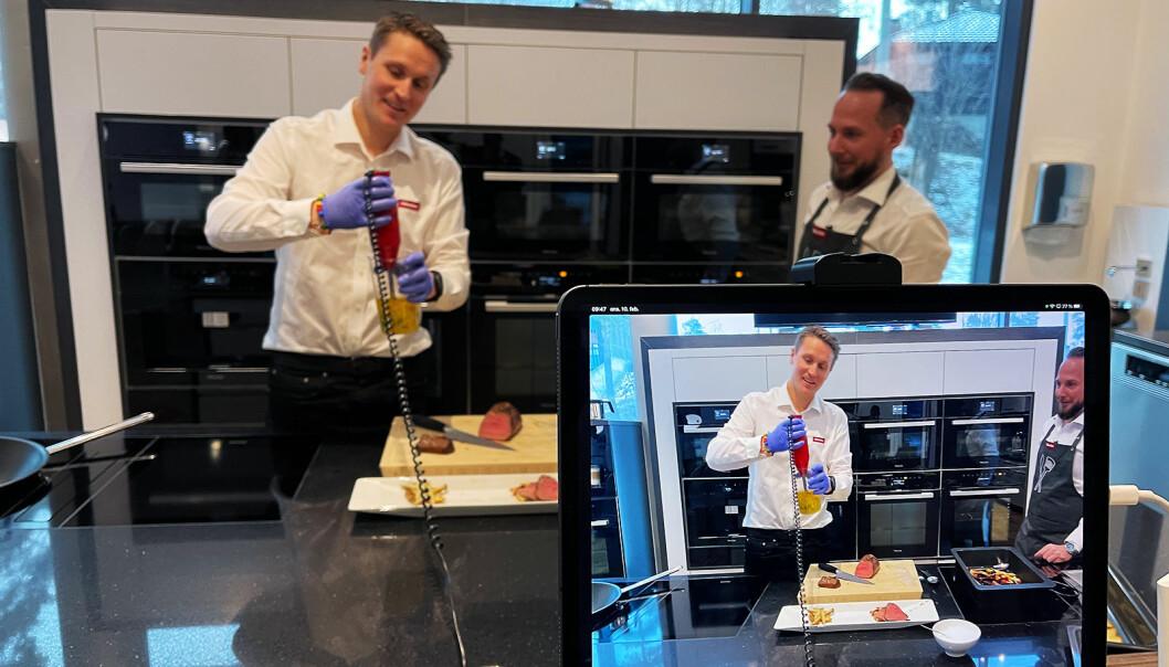 En iPad er hovedkamera under direktesendingen. Her er distriktssjefene Anders Bjørge og Kim Bjørnstad i fokus. Foto: Stian Sønsteng