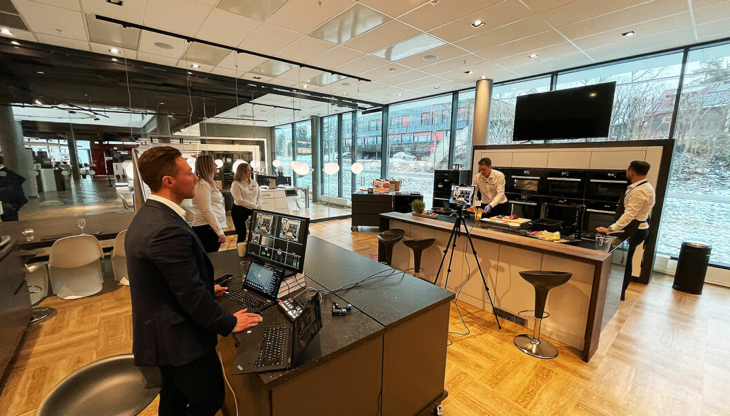 Konsentrasjonen er på topp i elektrolaget når de sender direkte til 270 Elkjøp-ansatte. Foto: Stian Sønsteng
