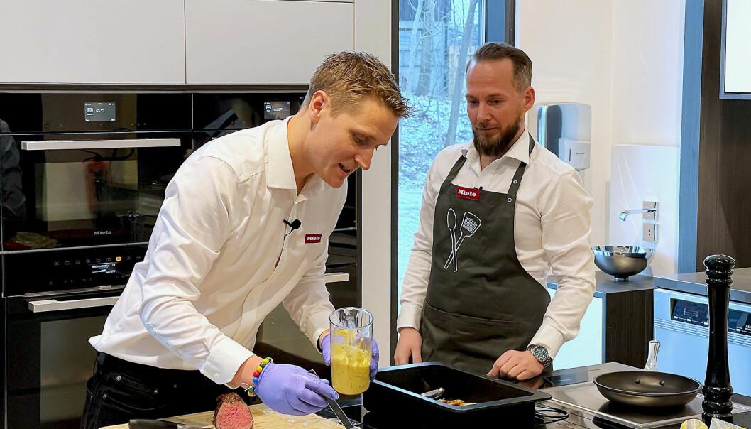 Distriktssjefene Anders Bjørge og Kim Bjørnstad lager mat på direkten. Foto: Stian Sønsteng