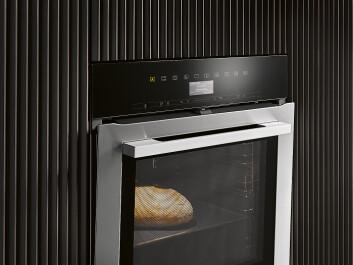Stekeovn med TasteControl gjør at det ikke haster å ta ut maten etter endt steketid. Temperaturen senkes med 100 grader på under 5 minutter, ved at døren åpnes på gløtt og viften starter. Ved steking av mat man ønsker å holde varmt, senkes temperaturen først til ønsket nivå, deretter lukkes døren. Pris: 32.200,-