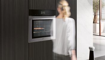 Med Touch display skal ovnen være like enkel å bruke som en smarttelefon. MotionReact-sensoren registrerer bevegelser, slik at ovnen kan skru seg på, skrur på lyset og bekrefte varseltoner uten at man tar på displayet. Pris: 39.300,-