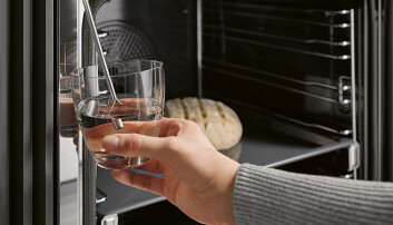 Steking med fuktighet skal gi gode resultater, med sprø stekeskorpe og et saftig indre, ifølge Miele like bra for baking som til steking av kjøtt. Vannet trekkes enkelt opp via sugerøret. Fra H 7164 BP.