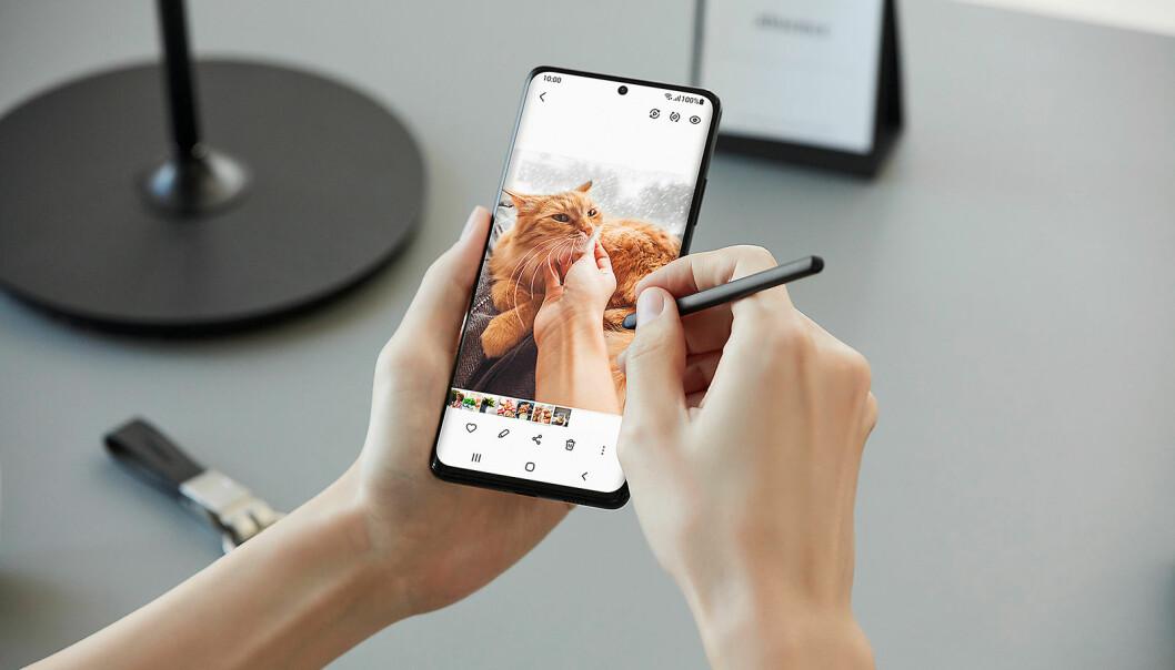Galaxy S21 Ultra kommer med Samsungs S Pen, den første til Galaxy S-serien noen gang. Foto: Samsung