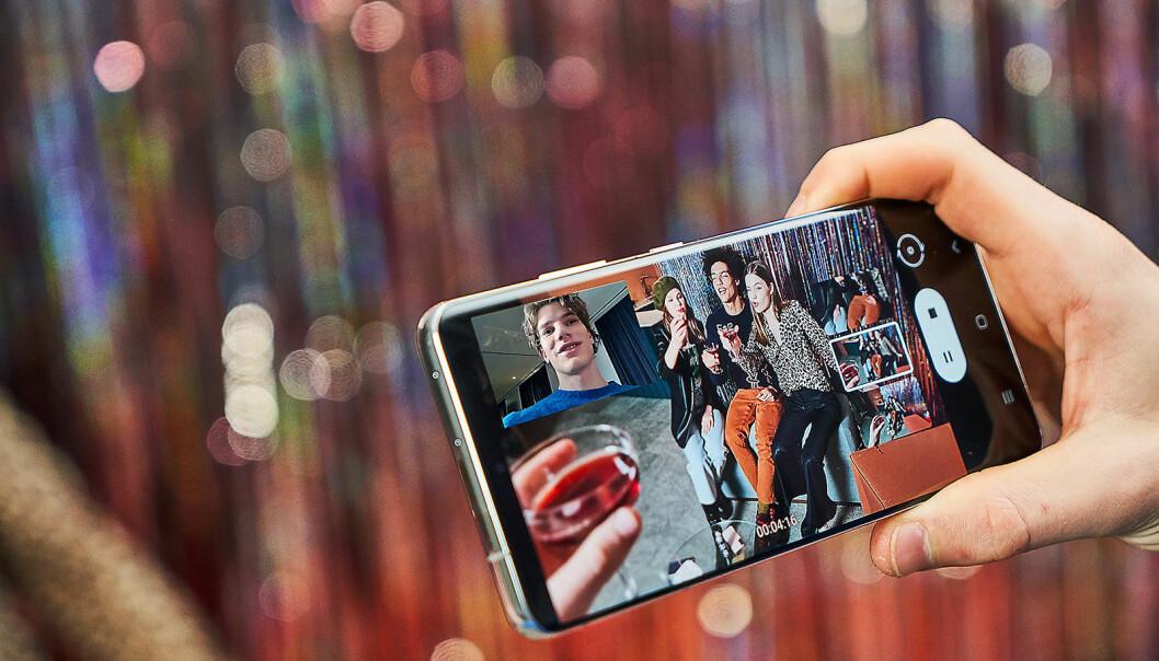 Med den nye Directors View kan brukere veksle kameralinse under videoopptak. I denne modusen finner man også Vlogger View, som gjør det mulig å filme med både bak- og frontkameraet samtidig. Foto: Samsung