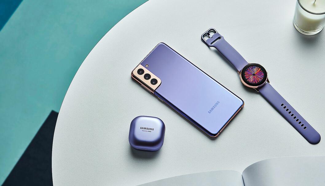 """Den nye signaturfargen i S21-serien kalles """"phantom violet"""", her er S21+ sammen med nye Galaxy Buds Pro og Lifestyle Watch. Foto: Samsung"""
