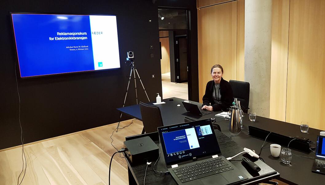 Advokatfirma Ræder har satt opp et eget TV-studio til bruk ved digitale arrangement. Eva Dirdal styrer det tekniske. Foto: Jan Røsholm